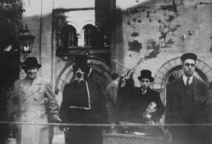 Personen vor der Ruine der Synagoge Dresden mit Wäschekorb.
